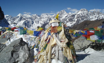 Cross Cho La (5330 meters) and trek to Dragnag